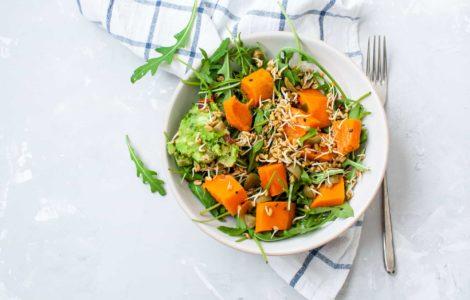 vegane power bowl schüssel mit gesunder rohkost