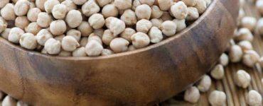 Gefüllte Holzschale mit ungekochten Kichererbsen