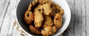 Erdnuss-Hirseflocken-Cookies mit Schokoladenstückchen in weißer Keramikschale