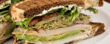 Brot mit Avocado, Tomaten und Putenbelag