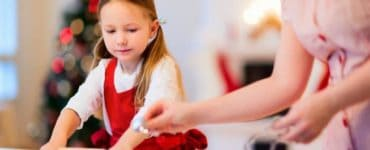 Mama und Tochter backen gemeinsam Weihnachtskekse