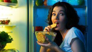 Auf frischer Tat ertappt: Frau isst nachts Cracker aus dem Kühschrank