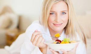 Blonde Frau mit Obst