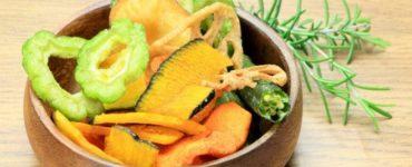 Schale gefüllt mit Gemüsechips aus Karotten, Paprika und Zucchini