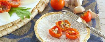 Halbierte Ofentomaten mit Parmesan