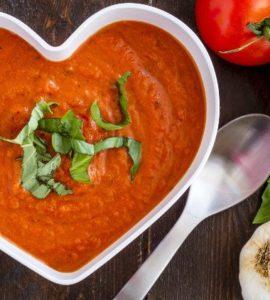 Tomatensuppe mit Knoblauch in herzförmiger Keramikschüssel