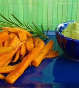 Süßkartoffelspalten mit Avocado-Dip