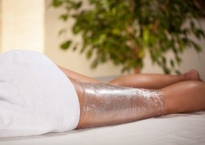Body Wrapping Anwendung am Bein