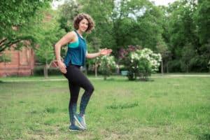 Junge Frau auf einer Raststätte macht Übung Walking