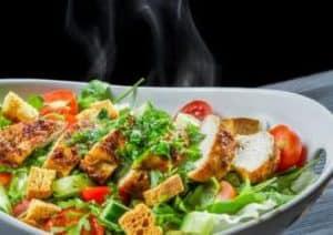 Grüner Salat mit Hähnchenstreifen