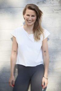 Ganzkörper Portrait von Yogalehrerin Valerie Junger