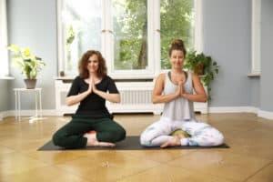 Lea und Judith meditieren im Schneidersitz