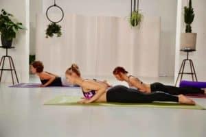 3 frauen machen yoga heuschrecke
