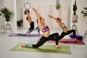 3 frauen machen yoga tiefer asufallschritt