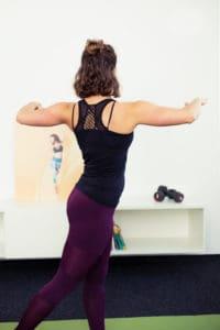 Junge Frau macht Upper Body Twist