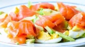 Salat mit Ei, Avocado und Räucherlachs