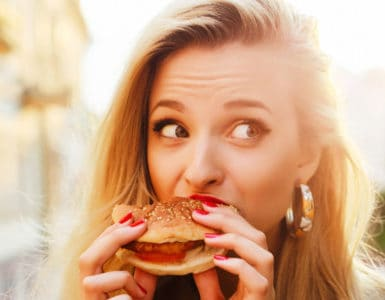 Burger essen: emotionaler Hunger