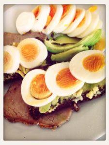 Avocado und Ei auf dünn geschnittenem Schweinefilet