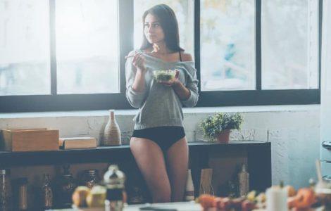 Frau in der Küche denkt nach