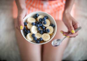 Schüssel mit gesundem Frühstück.