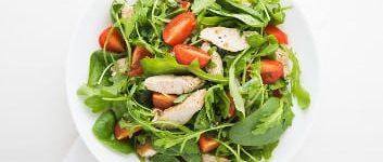 Frühlingssalat mit Spinat, Rucola und Hähnchenstreifen