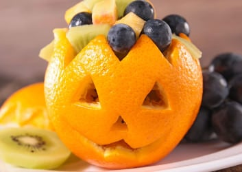 halloween obstsalat mit Orange als Totenkopf