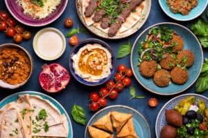 Tich gedeckt mit kleinen Schüsseln voll mit orientalischen Lebensmitteln wie Hummus