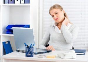 Nackenschmerzen im Büro sind eine schmerzhafte Angelegenheit