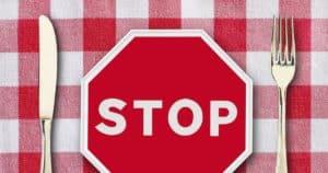 sattmacher lebensmittel Stoppschild auf dem Teller