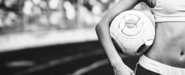 Fußball WM 2018 trainierte Frau mit Fußball unter dem Arm