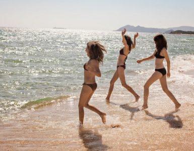 3 Frauen im Bikini am Meer