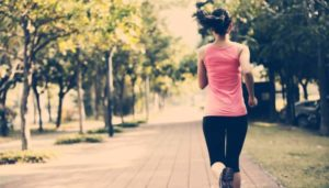 Frau macht Sport im Park