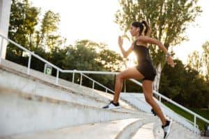 Junge sportliche Frau rennt eine Treppe hoch